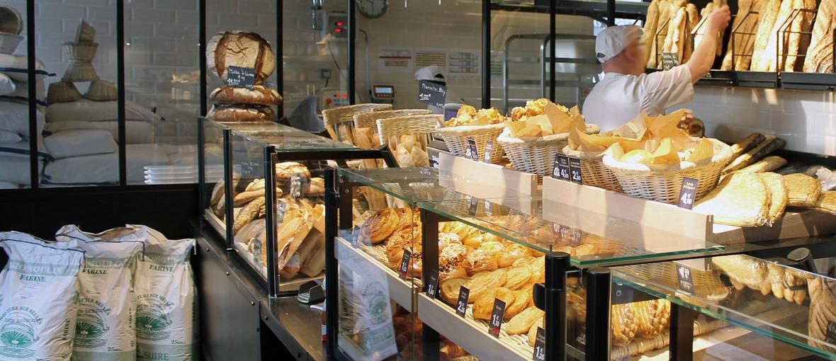 photo d'un comptoir de boulangerie avec un boulanger